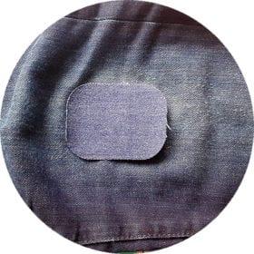 Mörkblå laglapp placerad på ett par jeans