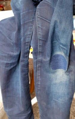 Jeans i blå färg med struken laglapp