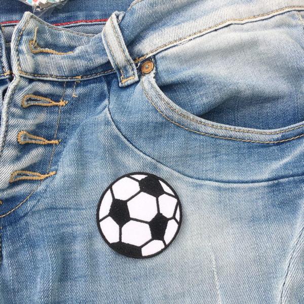 Tygmärke liten fotboll på jeans