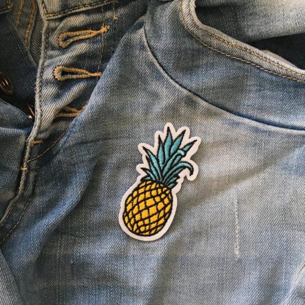 Roligt Tygmärke Ananas på blå jeans