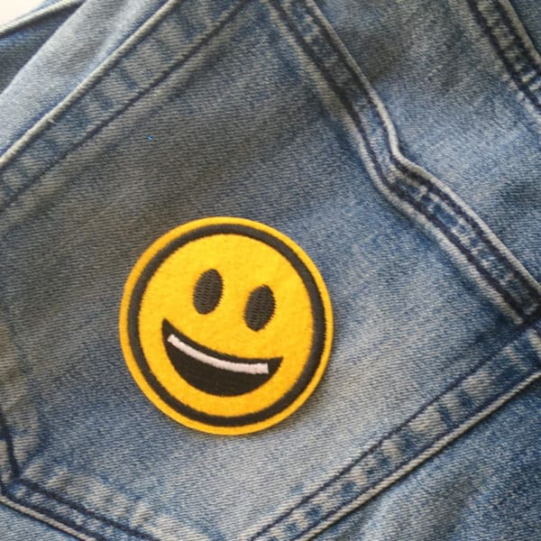 Glad Emoji öppen mun på Blå jeans - Applikaton - tygmärke