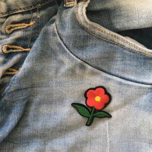 röd liten blomma - patch - tygmärke - jeans