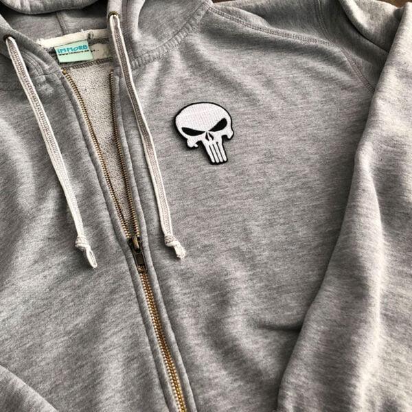 Tygmärke Punisher på grå tröja