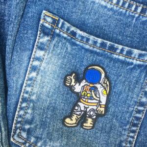Tygmärke på jeans - Astronaut Tummen upp