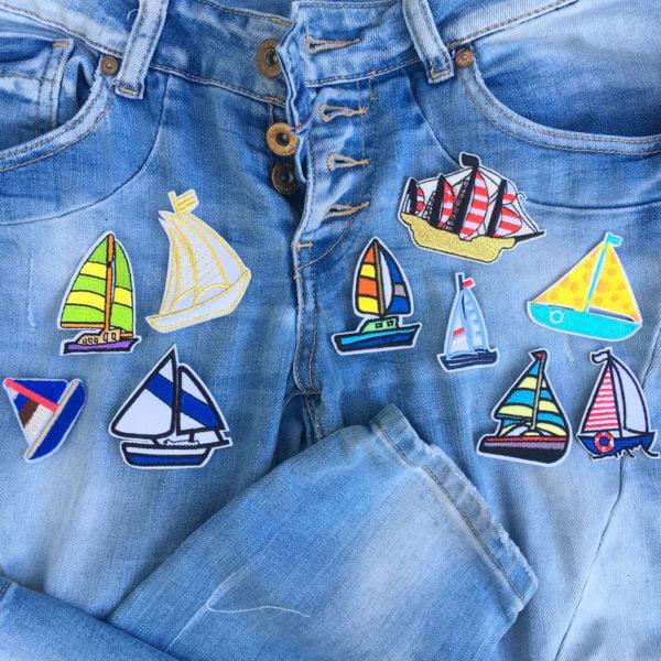 10 tygmärken föreställande skepp och båtar utplacerade på jeans