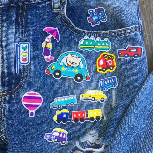 Tygmärken på jeans föreställande olika sorters tecknade fordon