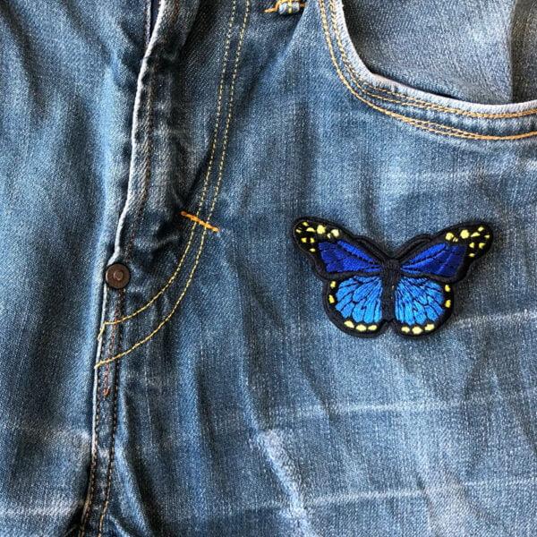 himmelsblå fjäril - tygmärke jeans