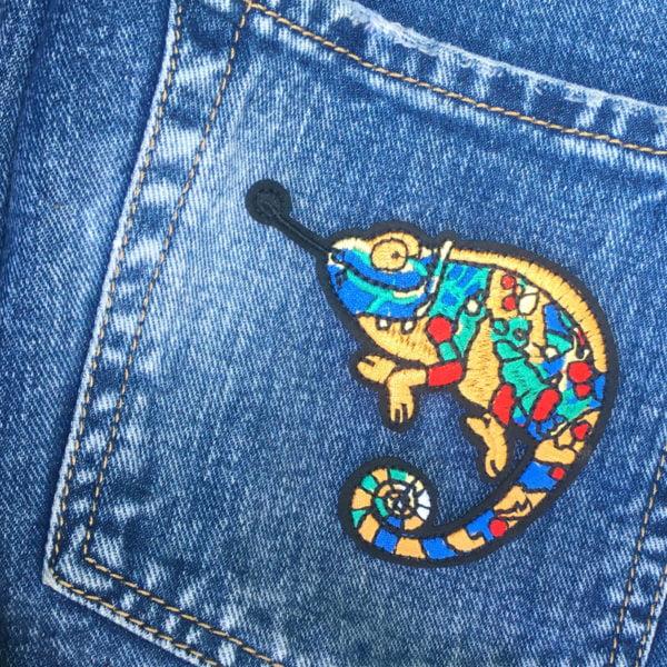Kemeleont på jeans - Broderat tygmärke