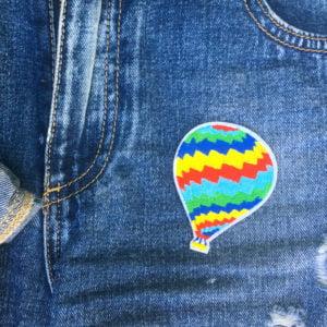 Färgglad luftballong på jeans - Tygmärke