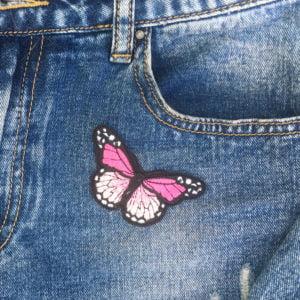 Fjäril ljusrosa jeans - tygmärke