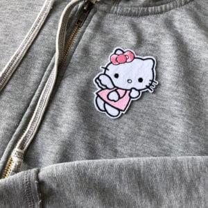 Broderat tygmärke föreställande Hello Kitty på tröja
