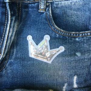 Krona silverpaljetter jeans - tygmärke