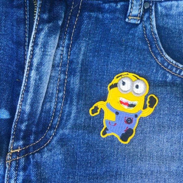 Springande minion på jeans - tygmärke