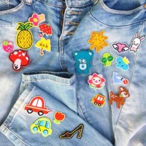20 mindre tygmärken för barn placerade på jeans