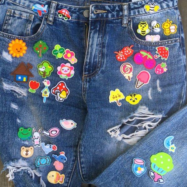 Blandade tygmärken för barn placerade på jeans