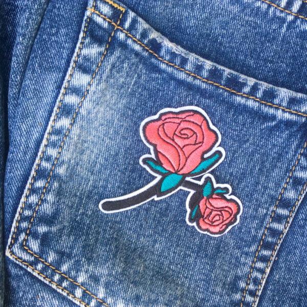 Tygmärke på jeans - Röda rosor - Applikation