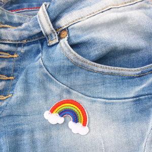 Färgglad regnbåge på jeans - tygmärke