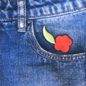 Röd blomma på jeans - Tygmärke - Patch