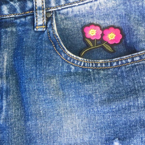 Rosa blommor jeans - tygmärke