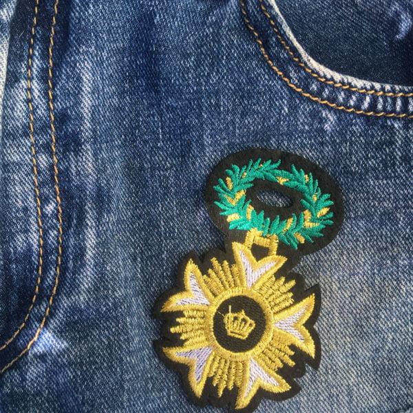 Sigill med grön krans - guldfärgad - tygmärke