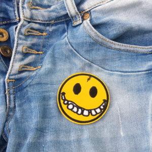 Smiley behöver tandställning - tygmärke
