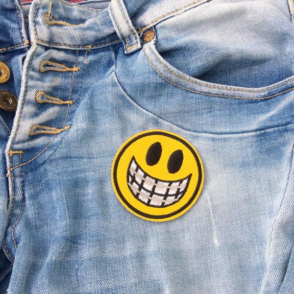 Smiley tandställning på jeans- tygmärke
