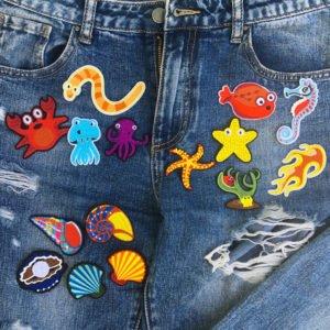 Tygmärken på jeans föreställande havsdjur och skaldjur