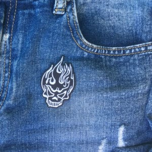 Svart flammande skalle jeans - tygmärke