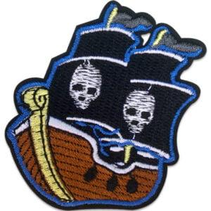 Tygmärke piratskepp med dubbla segel