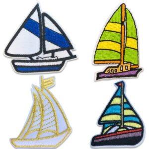 Tygmärken föreställande fyra båtar med segel i olika färger