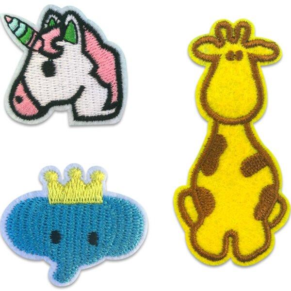 Tygmärken av giraff, en enhörning och en blå elefant med krona på huvudet