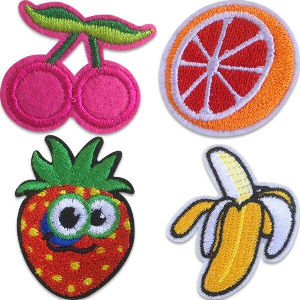 Fyra tygmärken för barn föreställande roliga ätbara motiv