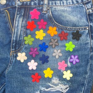 färggranna blommor jeans - tygmärken