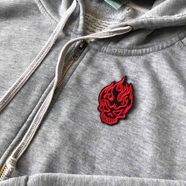 Flammande röd döskalle - tygmärke på tröja