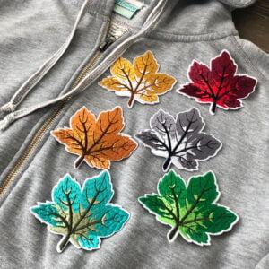 Tygmärken löv på en grå hoodie
