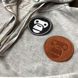 Tygmärke föreställande apor på grå tröja