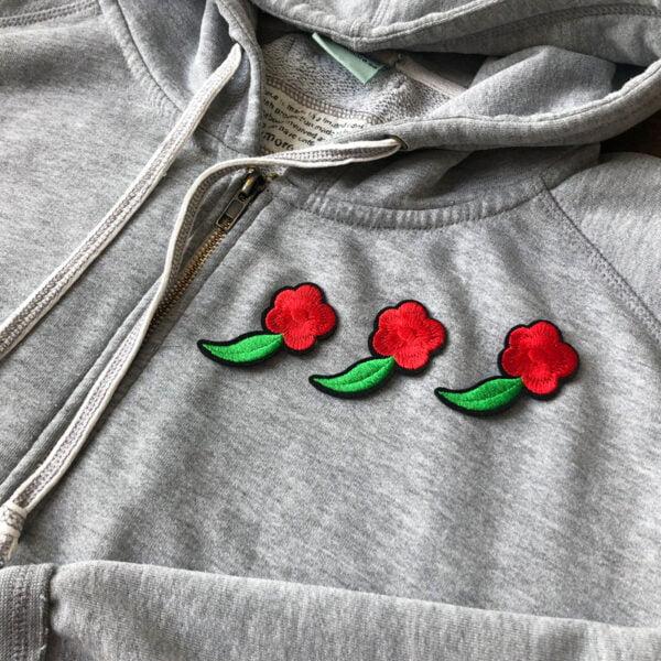 knippe röda blommor - tygmärke tröja