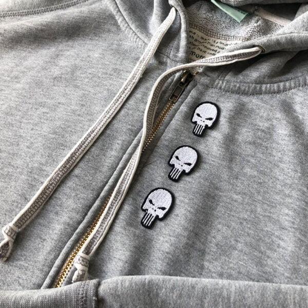Tre döskallar på rad - tygmärke på tröja