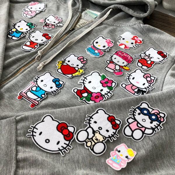 Tröja full med tygmärken föreställande Hello Kitty