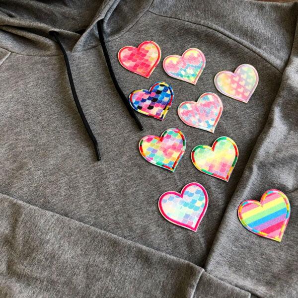 glittriga hjärtan i flera färger på tröja