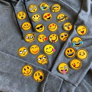 massor av roliga gula smileys på tröja