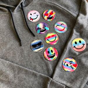 Glittriga och färgglada smileys i flera färger på tröja