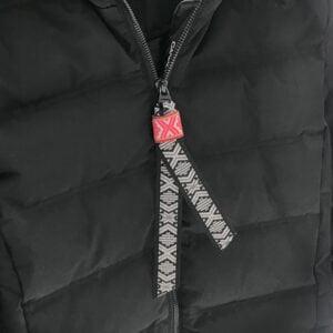 Reflexband av tyg knuten runt jacka