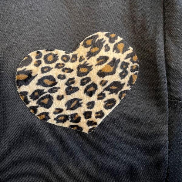 Hjärtformad laglapp påstruken på ett par byxor