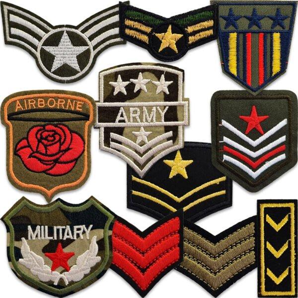 samling tygmärken med militära motiv