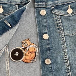 tygmärke stark björn på jeansjacka