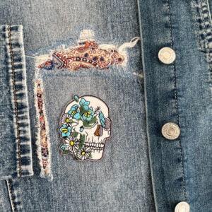 tygmärke dödskalle blommor jeansjacka