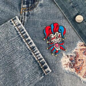 tygmärke dödskalle joker kläder