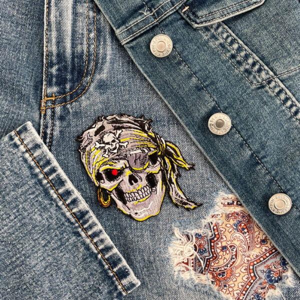 tygmärke dödskalle pirat på kläder