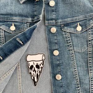 tygmärke dödskalle pizza jeansjacka